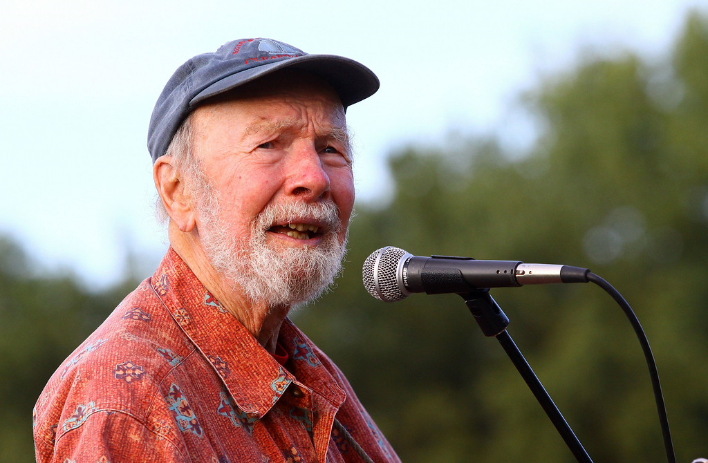 Description of . Singer Pete Seeger performs at the 2009 Dorothy and Lillian Gish Prize special outdoor tribute at Hunts Point Riverside Park on September 3, 2009 in New York City. Seeger died Monday, Jan. 27, 2014 at the age of 94. http://bit.ly/1lfdcyQ    (Photo by Astrid Stawiarz/Getty Images)