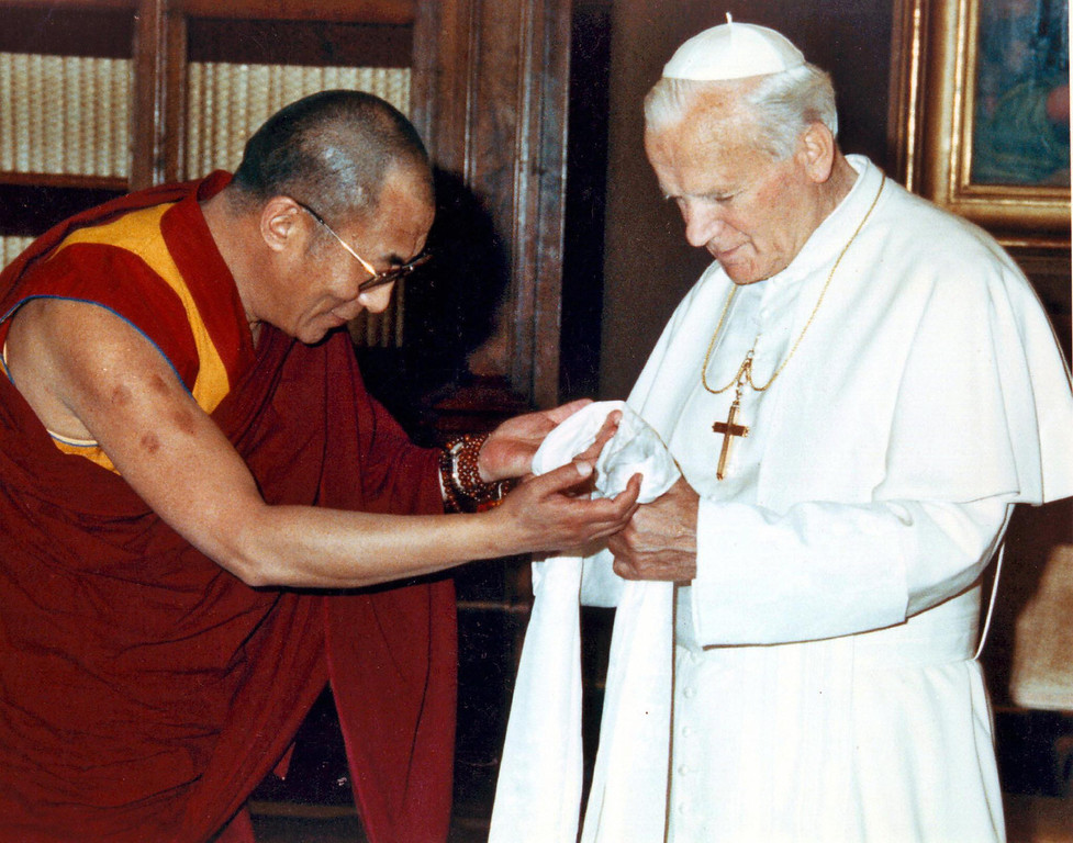 Description of . A picture dated 1982 shows Pope John Paul II meeting Tibetan spiritual leader Dalai Lama at the Vatican City. Pope John Paul II met the exiled Tibetan spiritual leader the Dalai Lama at the Vatican 27 November 2003 for talks which focused exclusively on religion and did not broach Tibet's struggle for independence from China, the Vatican said.    (AFP/Getty Images)