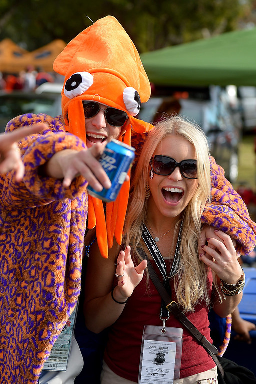 Description of . Auburn fan Brian Schmidt, of Venice, and Florida State fan Raina Rosiek have fun before the BCS game at the Rose Bowl, Monday, January 6, 2014. (Photo by Michael Owen Baker/L.A. Daily News)