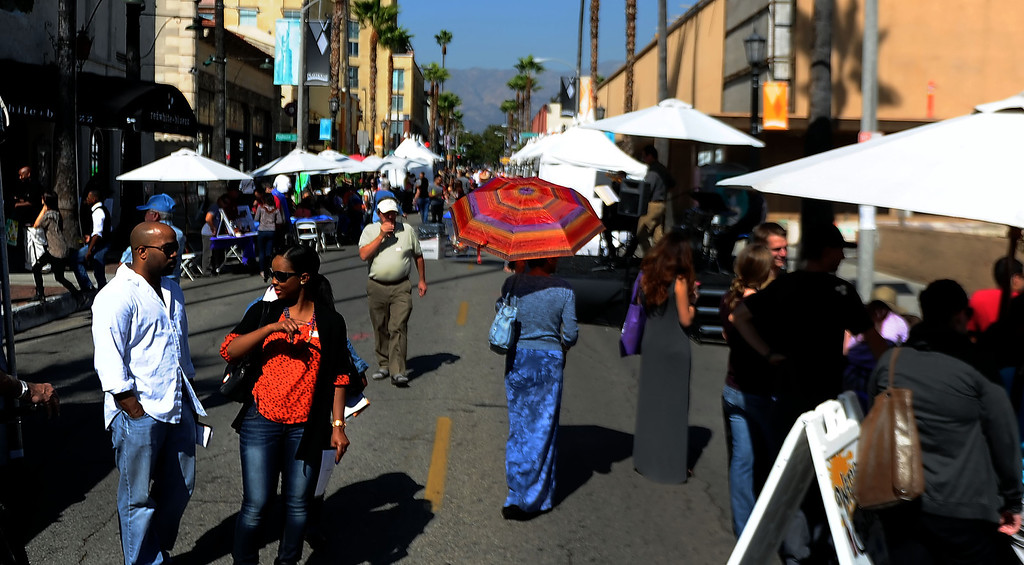 Description of . The 8th Annual Pasadena ARTWalk along El Molino Avenue between Colorado Boulevard and Green Street in Pasadena, Calif., on Saturday, Oct. 12, 2013. The ArtWalk features over 30 participating artists, art sales, gallery walks, musical performances and other activities.   (Keith Birmingham Pasadena Star-News)