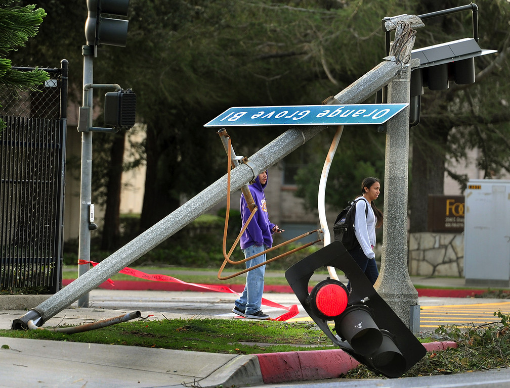 Description of . Wind snapped a  signal light at Orange Grove Boulevard and Altadena Drive  in Pasadena Thursday, Decemeber 1, 2011. Wind gusts were reported to be as high as 85 mph. (SGVN/Staff Photo by Walt Mancini/SXCity)