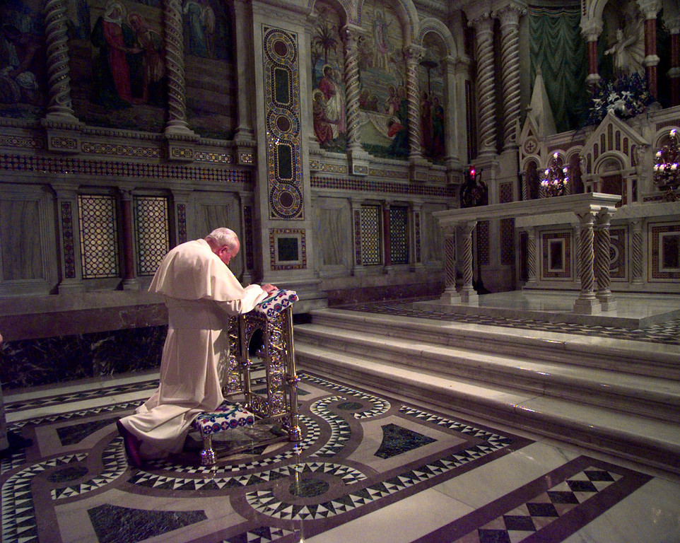 Description of . Pope John Paul II prays in the Blessed Sacrament Chapel in Cathedral Basilica, in St. Louis, prior to the evening prayer service, in this Jan. 27, 1999 flie photo. (AP Photo/Amy Sancetta, File)