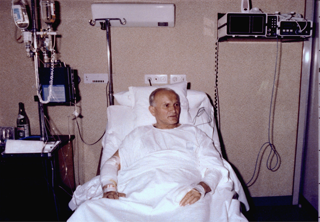 Description of . Pope John Paul II is shown in his hospital bed at Policlinico Gemelli Hospital in Rome, May 19, 1981.  This is the first picture of the Pope at the hospital after his assassination attempt, May 13, 1981, by Mehmet Ali Agca, an escaped Turkish murderer. The Pope has his right arm and his left index finger bandaged. (AP PHOTO/ARTURO MARI)