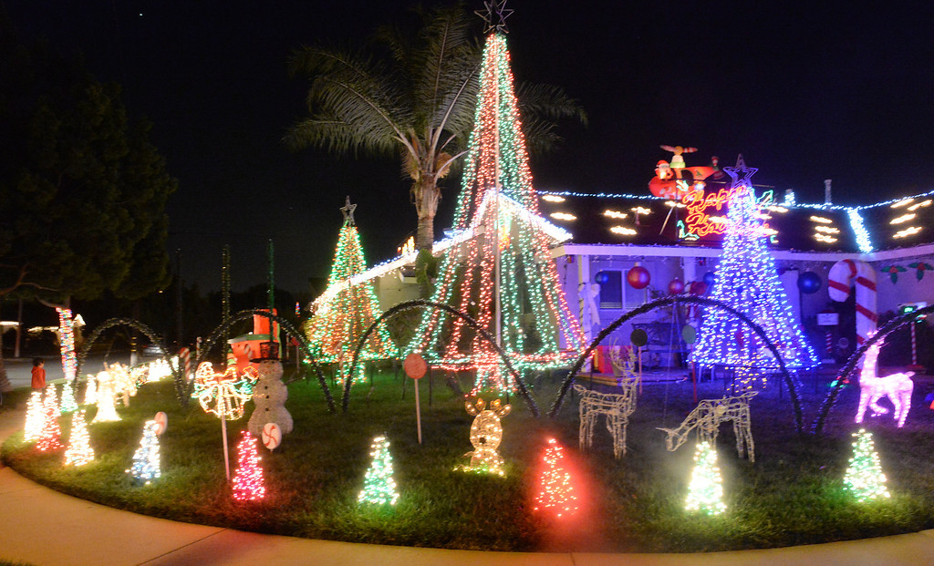 Description of . Holiday lights on display on the 12800-block of Elmrock Avenue in La Mirada on Friday December 20, 2013.  (Staff Photo by Keith Durflinger/Whittier Daily News)