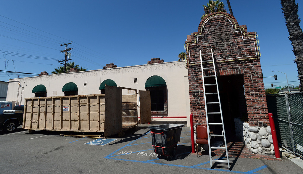 """. Long Beach, Calif., -- 08-29-13-  Renovation of the outside of the old Kelly\'s of Naples restaurant.  Long Beach restaurateur Michael Dene,  owner of Michael\'s of Naples Restoranate and Michael\'s Pizzeria,  plans to open an Italian steakhouse called \"""" Chianina, \"""" at the old Kelly\'s of Naples location, 5716 E 2nd St. They hope to open in December.    Stephen Carr/  Los Angeles Newspaper Group"""