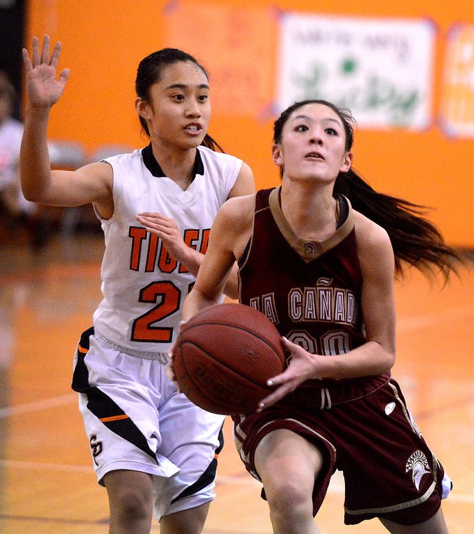 . La Canada\'s Courtney Chen (20) goes for a layup while South Pasadena\'s Jalynne Li (21) tries to stop her as South Pasadena\'s defeats La Canada 66-58 Friday night, January 31, 2014 at South Pasadena High School. (Photo by Sarah Reingewirtz/Pasadena Star-News)