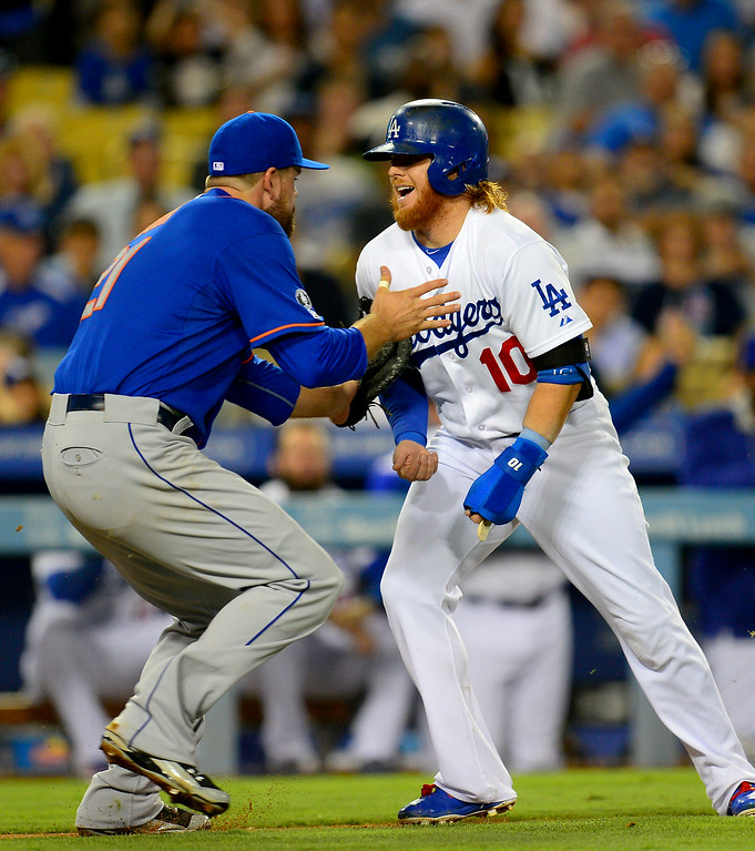 . Dodgers\' Justin Turner is tagged out by the Mets\' Lucas Duda in a rundown after a failed squeeze play in the fifth inning. (Photo by Michael Owen Baker/Los Angeles Daily News)