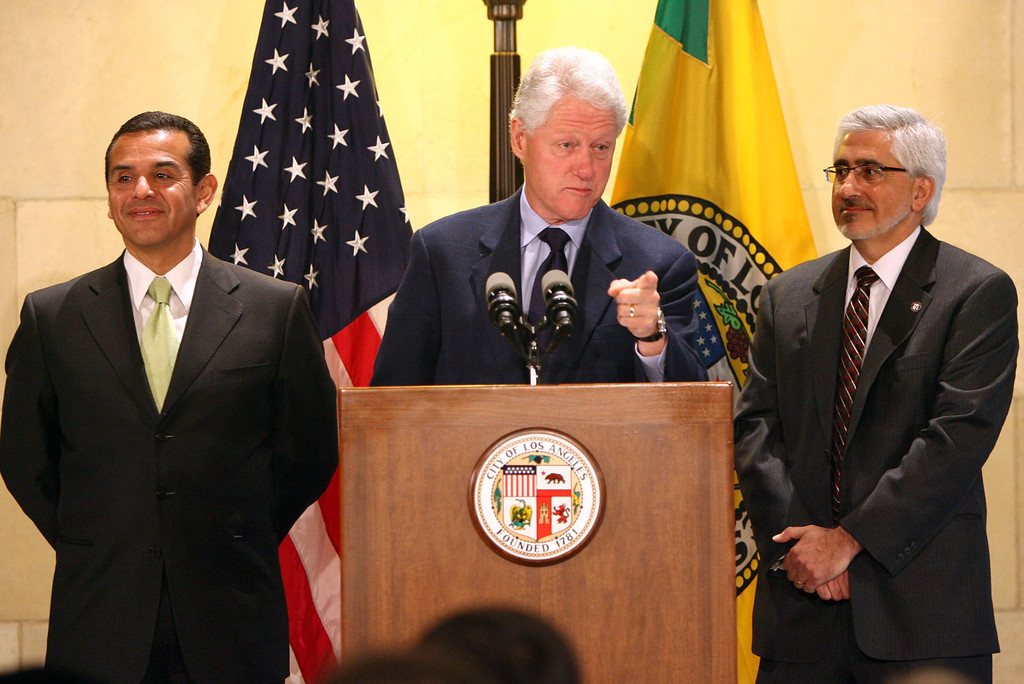 . Former president Bill Clinton joins Mayor Antonio Villaraigosa at a press conference (Andy Holzman/L.A. Daily News)