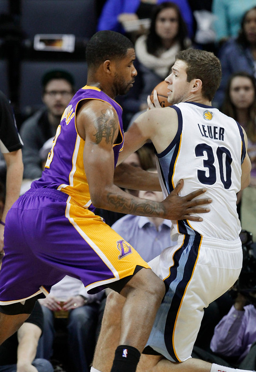 . Memphis Grizzlies\' Jon Leuer (30) is pressured by Los Angeles Lakers\' Shawne Williams during the first half of an NBA basketball game in Memphis, Tenn., Tuesday, Dec. 17, 2013. (AP Photo/Danny Johnston)
