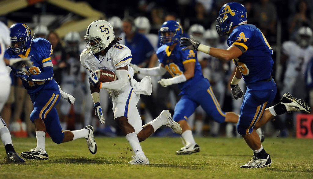 . Charter Oak\'s Zion Echolds (6) runs for a touchdown against Bishop Amat in the first half of a prep football game at Bishop Amat High School in La Puente, Calif. on Friday, Sept. 20, 2013.    (Photo by Keith Birmingham/Pasadena Star-News)