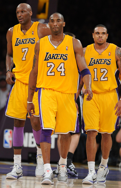 . Los Angeles Lakers\' Lamar Odom, left, walks back to the bench along with Kobe Bryant, center, and Shannon Brown, right, in the fourth quarter against the San Antonio Spurs\' during a NBA basketball game at the Staples Center in Los Angeles, on Tuesday, April 12, 2011. (SGVN/Staff Photo by Keith Birmingham/SPORTS)