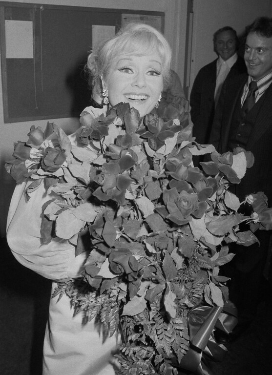 ". Debbie Reynolds smiles backstage over a bunch of roses she received after opening in ""Debbie,\"" her first personal appearance show on Broadway at Manhattan\'s Minskoff Theater, New York City, Thursday, Sept. 16, 1976. (AP Photo/Ray Stubblebine)"