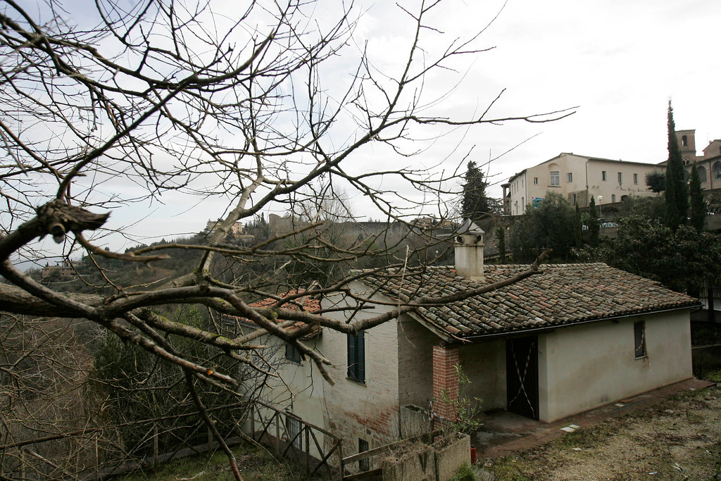 . A view of the house where foreign university students Amanda Knox and Meredith Kercher lived, in Perugia, Italy, Friday, Feb. 6, 2009. Knox, an American college student from Seattle,  and her Italian former boyfriend Raffaele Sollecito, are charged with murder and sexual violence in the slaying of Meredith Kercher, who was found stabbed to death Nov. 2, 2007, in this apartment she shared with Knox in Perugia. Knox and Sollecito deny any wrongdoing.  (AP Photo/Gregorio Borgia)