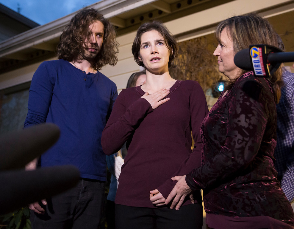. SEATTLE, WA - MARCH 27: Amanda Knox speaks to the media during a brief press conference in front of her parents\' home March 27, 2015 in Seattle, Washington. Knox and Raffaele Sollecito have been acquitted by Italy\'s highest court in the murder of British student Meredith Kercher, who was killed in her bedroom on November 1, 2007 in Perugia. Standing with Knox are her fiance Colin Sutherland and mother, Edda Mellas. (Photo by Stephen Brashear/Getty Images)