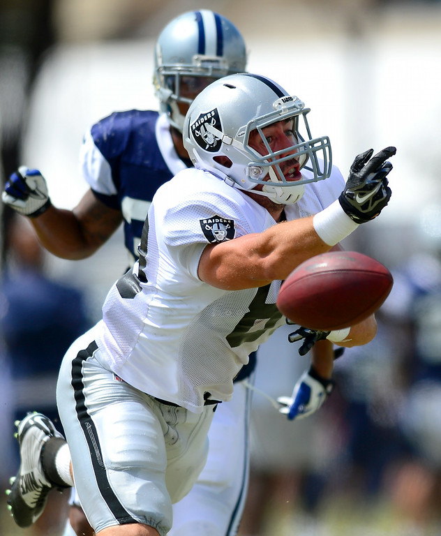 . Raider TE Scott Simonson lunges for an incomplete pass at the Cowboys-Raiders practice in Oxnard, Wednesday, August 13, 2014. (Photo by Michael Owen Baker/Los Angeles Daily News)