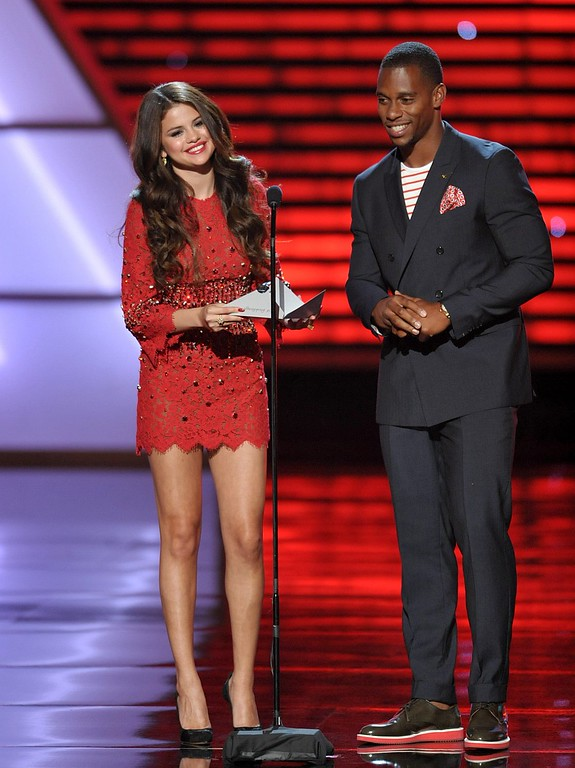 . Selena Gomez, left, and New York Giants\' Victor Cruz present the award for best breakthrough athlete at the ESPY Awards on Wednesday, July 17, 2013, at Nokia Theater in Los Angeles. (Photo by John Shearer/Invision/AP)