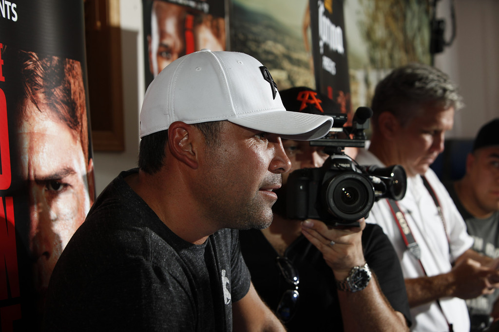. BIG BEAR LAKE, CA - AUGUST 27:  Oscar De La Hoya watches Unified Super Welterweight World Champion Canelo Alvarez as he holds a media workout on August 27, 2013 in Big Bear Lake, California.  (Photo by Alexis Cuarezma/Getty Images)