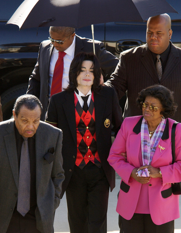 . Michael Jackson, center, arrives with his father, Joe Jackson, left,  and mother, Katherine Jackson, at the Santa Barbara County Courthouse for defense testimony in his child molestation trial Tuesday, May 24, 2005 in Santa Maria, California. (AP Photo/Joshua Gates Weisberg,pool)