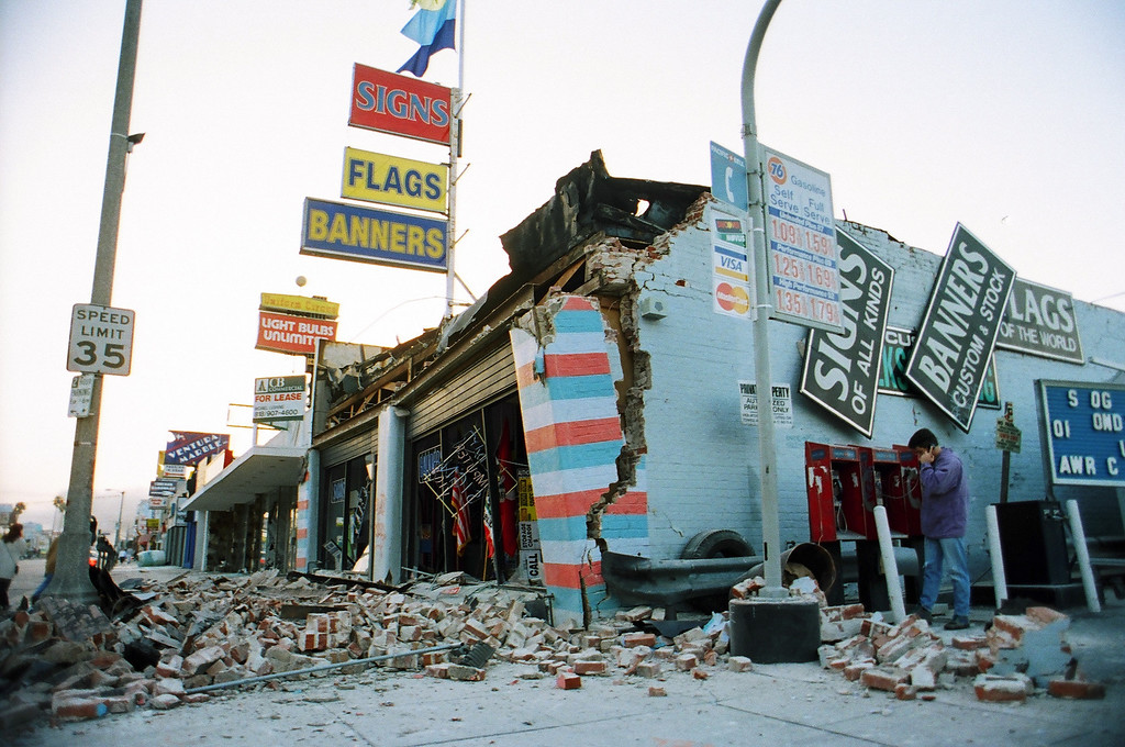 . A masonry building at the intersection of Ventura and Van Nuys boulevards in Sherman Oaks took a beating from the 1994 Northridge Quake. (Photo by Phil McCarten/L.A. Daily News)
