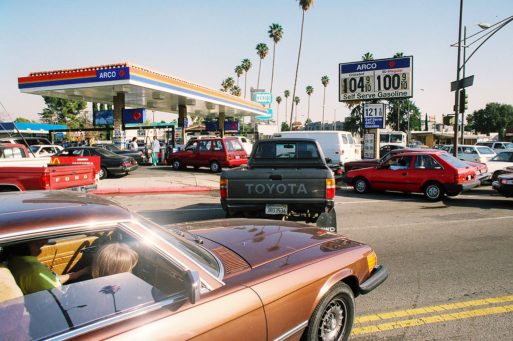. Motorists line up for gas at an Arco station at Sherman Way and Balboa Boulevard in Reseda, following the 1994 Northridge Quake. (Photo by Terri Thuente/L.A. Daily News)