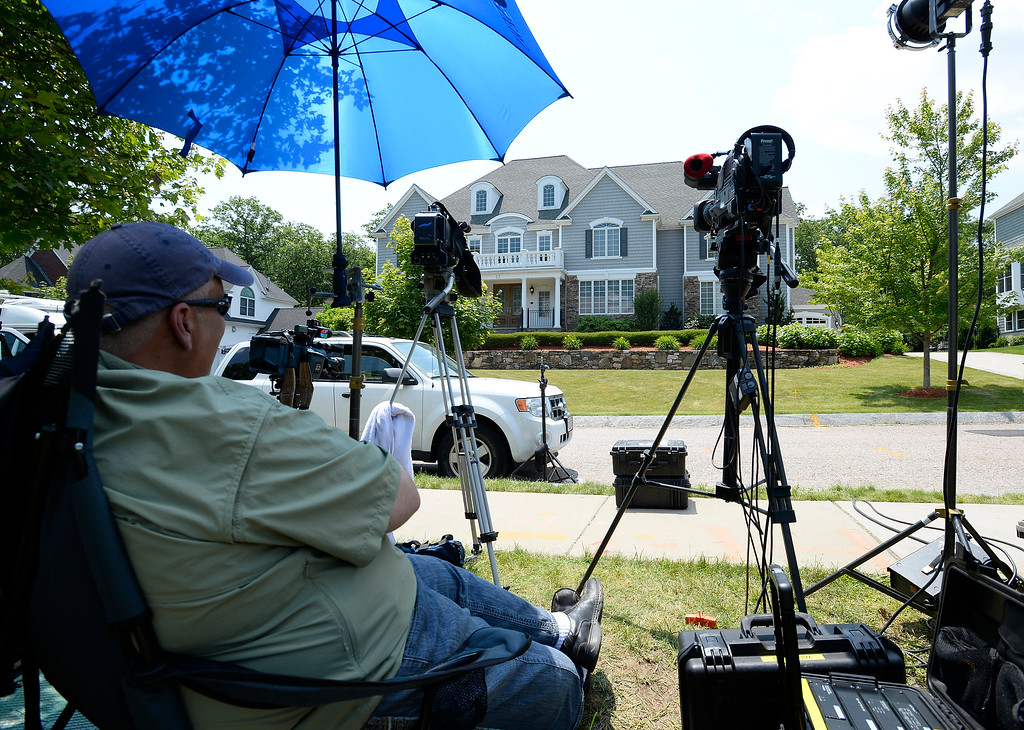 . A members of the news media has set up and waits across from the home of New England Patriots tight end Aaron Hernandez in North Attleboro, Massachusetts, USA, 21 June 2013. The body of 27-year-old Odin Lloyd, a semi-pro football player and an acquaintance of Hernandez, was found 17 June 2013 in a industrial area about 1 mile (1.6 km) from the home of Hernandez. According to media reports, police have issued an arrest warrant for Hernandez on alleged obstruction of justice charges.  EPA/CJ GUNTHER