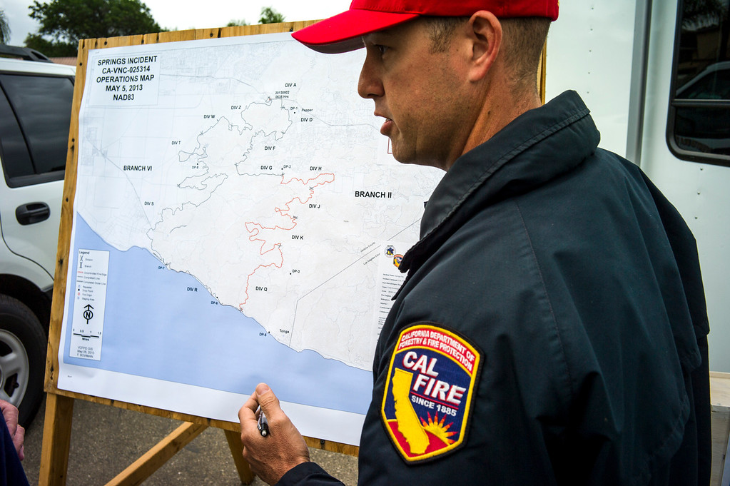 . Nick Schuler of Cal Fire talks about the behavior of the Springs fire.  Photo by David Crane/Los Angeles Daily News.