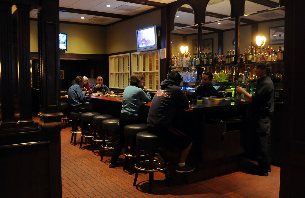 . Patrons visit the bar one last time at Hamburger Hamlet on Lake Ave. which is changing to Dupar\'s Restaurant & Bakery in Pasadena, Calif., on Thursday, Jan.2, 2014.   (Keith Birmingham Pasadena Star-News)