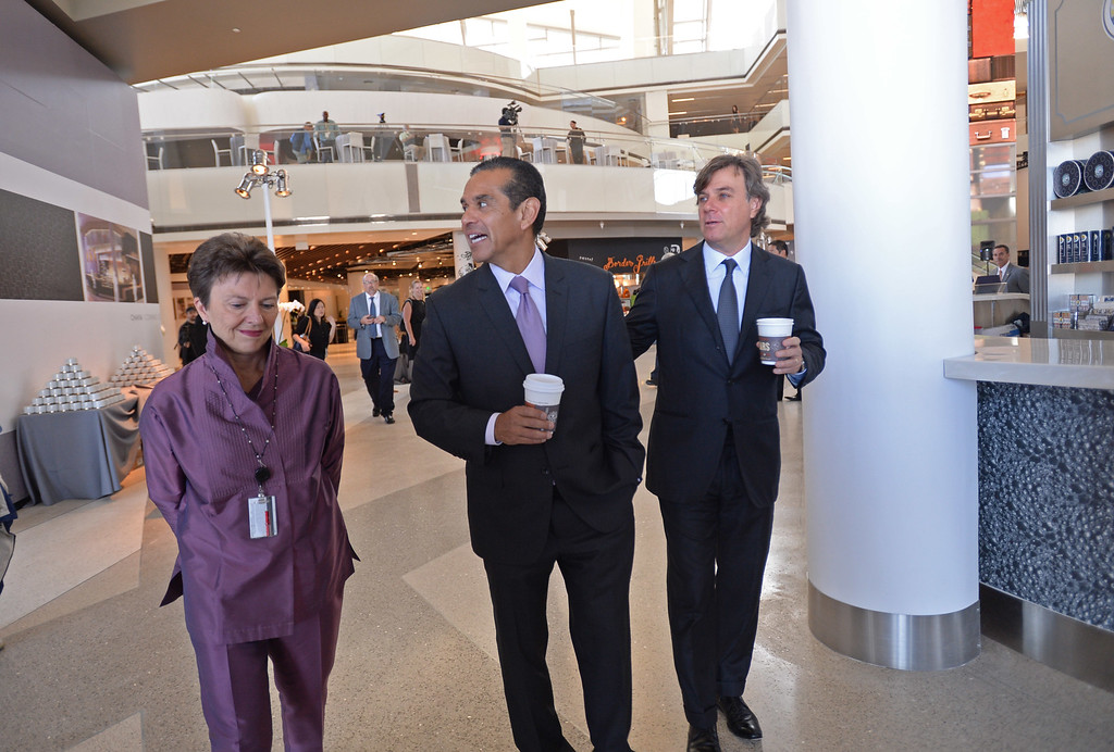 . Mayor Antonio Villaraigosa, LAWA director Gina Marie Lindsay and Peter Lowy, Co-CEO Westfield Group tour the new TBIT.  Media preview of the new Tom Bradley International Terminal at LAX.  (Photo by Brad Graverson/Daily Breeze) 6-20-13