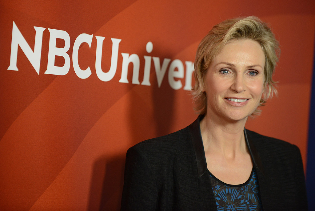 ". Jane Lynch of NBC\'s ""Hollywood Game Night\"" arrives at the 2013 NBCUniversal Summer Press Day at The Langham Huntington Hotel and Spa on Monday, April 22, 2013 in Pasadena, Calif. (Photo by Jordan Strauss/Invision/AP)"