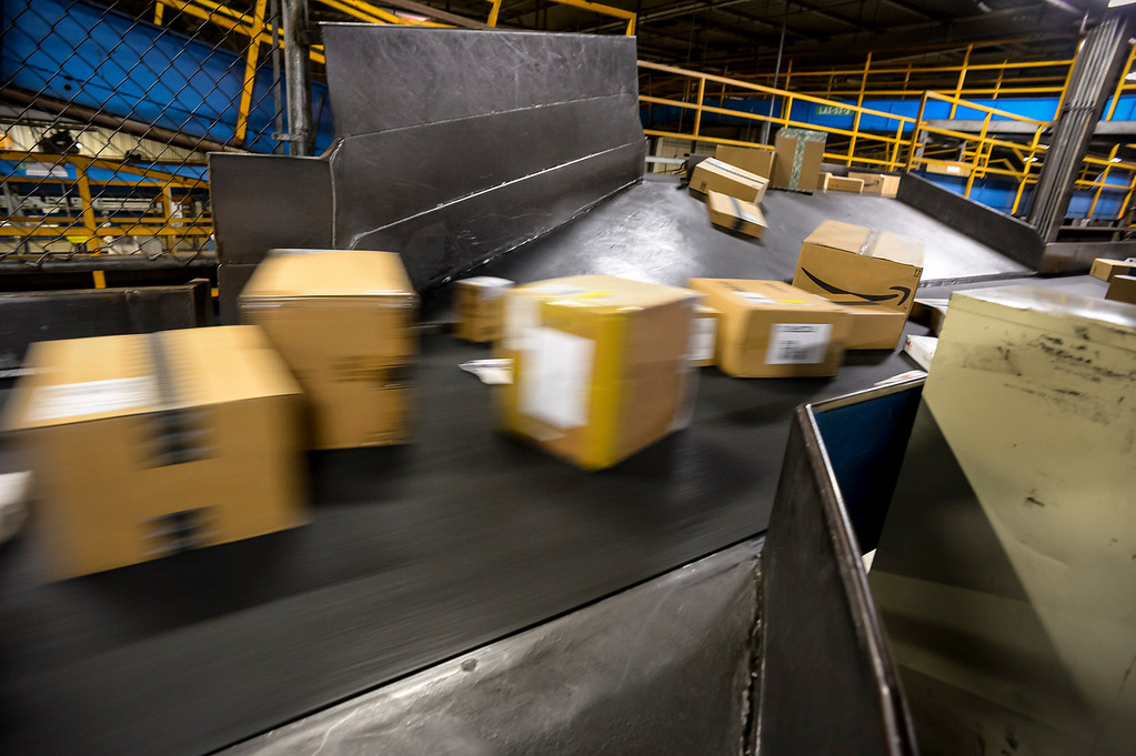 ". Thousands of packages fly along conveyor belts at the FedEx LAX Regional Hub to be distributed to Southern California on ""Cyber Monday\"", December 2, 2013.  (Photo by David Crane/Los Angeles Daily News)"