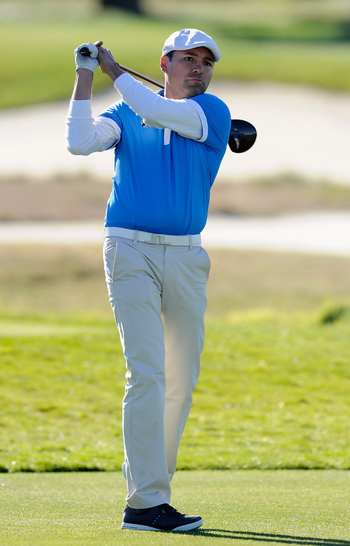 . PEBBLE BEACH, CA - FEBRUARY 10:  Boxer Oscar De la Hoya plays a shot during the first round of the AT&T Pebble Beach National Pro-Am at Monterey Peninsula Country Club on February 10, 2011  in Pebble Beach, California.  (Photo by Stuart Franklin/Getty Images)