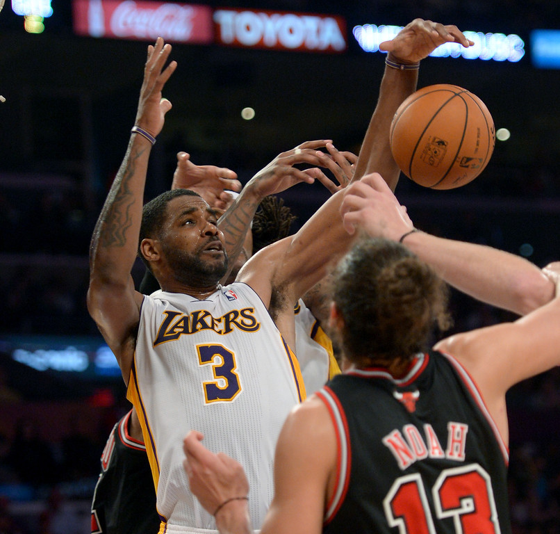 . Los Angeles Lakers\' Shawne Williams wrestles for a rebound against Chicago Bulls\' Joakim Noah in a NBA basketball game at Staples Center in Los Angeles, CA. on Sunday, February 9, 2014. (Photo by Sean Hiller/ Daily Breeze).