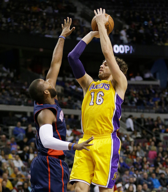 . Los Angeles Lakers center Pau Gasol (16), of Spain, shoots over Detroit Pistons forward Greg Monroe during the first quarter of an NBA basketball game at the Palace in Auburn Hills, Mich., Friday, Nov. 29, 2013. (AP Photo/Carlos Osorio)
