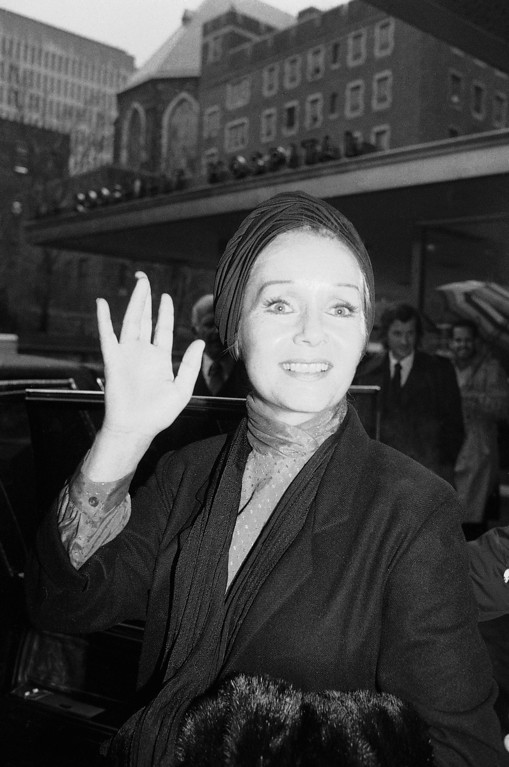 ". Actress Debbie Reynolds waves as she leaves Roosevelt Hospital in New York, March 8, 1983. Miss Reynolds, who collapsed during on Saturday\'s matinee performance of ""Woman of the Year,\"" said she was hospitalized for a rare case of temporary amnesia. Miss Reynolds also said that against doctor\'s advice she would return to stage because the show will close on Sunday unless business picks up. (AP Photo/Marty Lederhandler)"