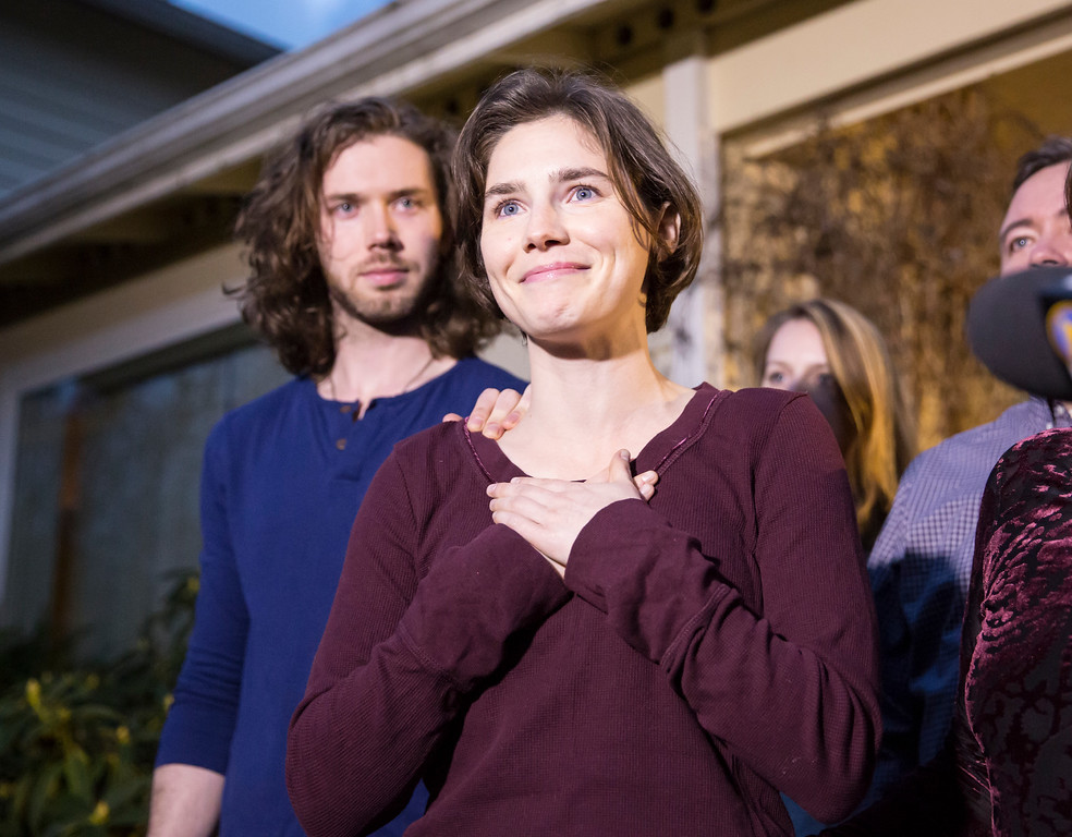 . SEATTLE, WA - MARCH 27: Amanda Knox speaks to the media during a brief press conference in front of her parents\' home March 27, 2015 in Seattle, Washington. Knox and Raffaele Sollecito have been acquitted by Italy\'s highest court in the murder of British student Meredith Kercher, who was killed in her bedroom on November 1, 2007 in Perugia. (Photo by Stephen Brashear/Getty Images)