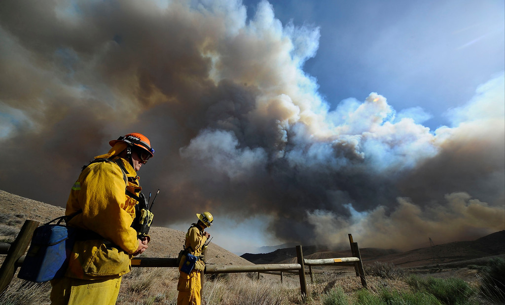 . Firefighters battle a 3,000 plus acre brush fire that started up in Frazier Park  Wednesday. The fire  started along Frazier Mountain Rd about 1 mile west of the 5 freeway.  As of 6:00 pm the fire is 10 percent contain and no homes damage at this time. Photo by Gene Blevins/LA Daily News