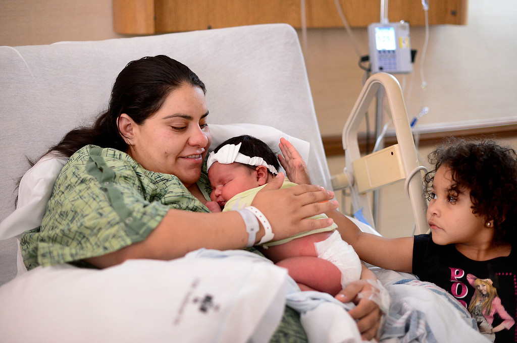 . Yvette Camberos, of Bell Gardens, spends time with her nearly 14 pound baby Kaelyn Hernandez and daughter Mia, 3, Saturday, May 25, 2013 at Whittier Hospital Medical Center. The baby, born late Friday via C-section, is the largest baby born at the hospital that anyone can remember. (SGVN/Staff Photo by Sarah Reingewirtz)