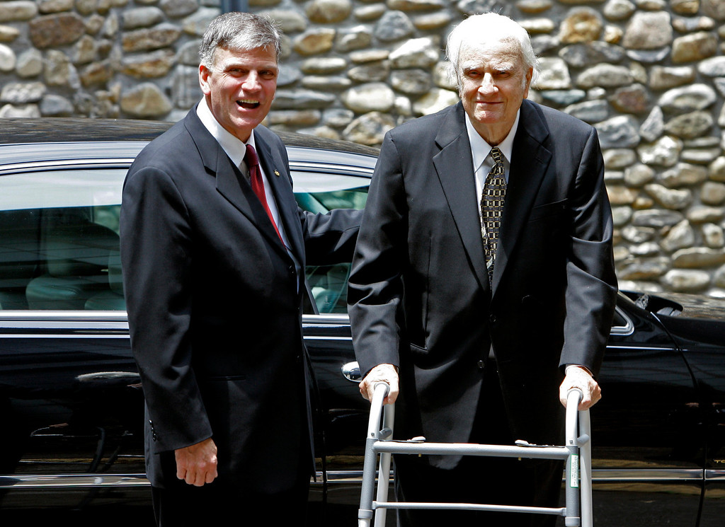 . Billy Graham, right, arrives with his son, Franklin Graham, left, for a memorial service for Ruth Graham in Montreat, N.C., Saturday, June 16, 2007.  (AP Photo/Chuck Burton)