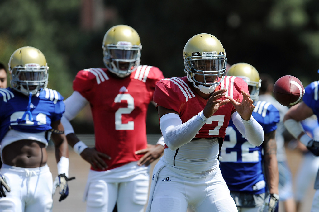 . UCLA quarterback Brett Hundley during football practice at Spaulding Field on the UCLA campus Saturday April 12, 2014. (Photo by Hans Gutknecht/Los Angeles Daily News)