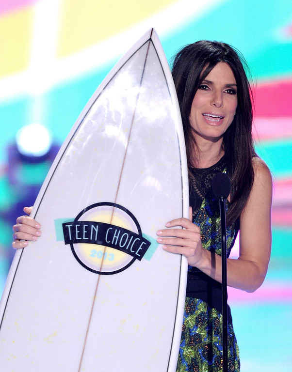 ". UNIVERSAL CITY, CA - AUGUST 11:  Actress Sandra Bullock accepts the Choice Summer Movie Star: Female for ""The Heat\"" at the Teen Choice Awards 2013 at the Gibson Amphitheatre on August 11, 2013 in Universal City, California.  (Photo by Kevin Winter/Getty Images)"