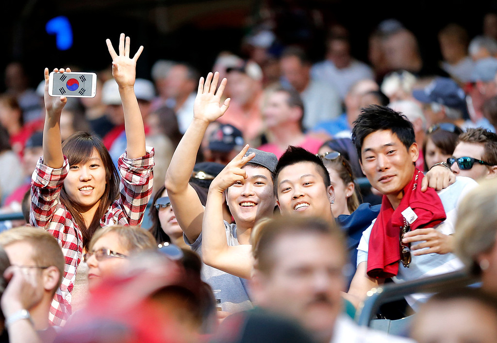 . Fans of Los Angeles Dodgers pitcher Hyun-jin Ryu cheer during the first inning of a baseball game against the Arizona Diamondbacks, Saturday, April 13, 2013, in Phoenix. (AP Photo/Matt York)