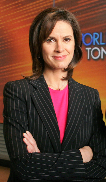 ". Elizabeth Vargas  poses in ABC\'s ""World News Tonight\"" studio,  on  Dec. 5, 2005, in New York.    (AP Photo/Kathy Willens)"