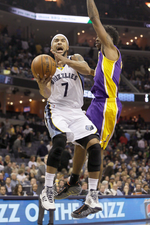 . Memphis Grizzlies\' Jerryd Bayless (7) shoots in front of Los Angeles Lakers\' Nick Young during the second half of an NBA basketball game in Memphis, Tenn., Tuesday, Dec. 17, 2013. The Lakers defeated the Grizzlies 96-92. (AP Photo/Danny Johnston)