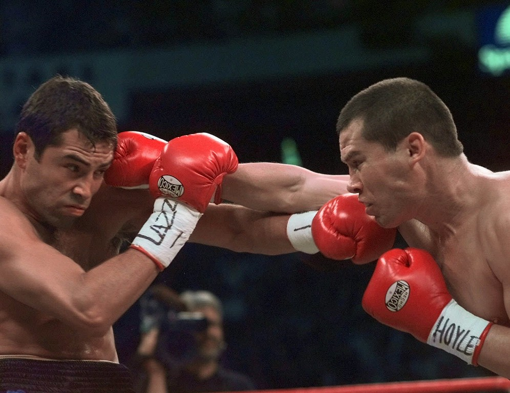 . Julio Cesar Chavez and Oscar de la Hoya, left, exchange punches during their World Boxing Council Welterweight Championship bout at the Thomas & Mack Center in Las Vegas, Friday, Sept. 18, 1998. (AP Photo/Kevork Djansezian)