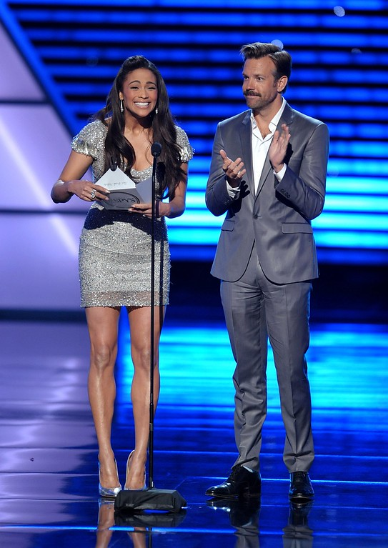 . Paula Patton, left, and Jason Sudeikis present an award at the ESPY Awards on Wednesday, July 17, 2013, at Nokia Theater in Los Angeles. (Photo by John Shearer/Invision/AP)