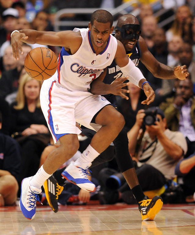 . Los Angeles Clippers\' Chris Paul and Quincy Pondexter of the Memphis Grizzlies battle for aloose ball during the first half Monday, Nov. 18, 2013, in Los Angeles.(Andy Holzman/Los Angeles Daily News)