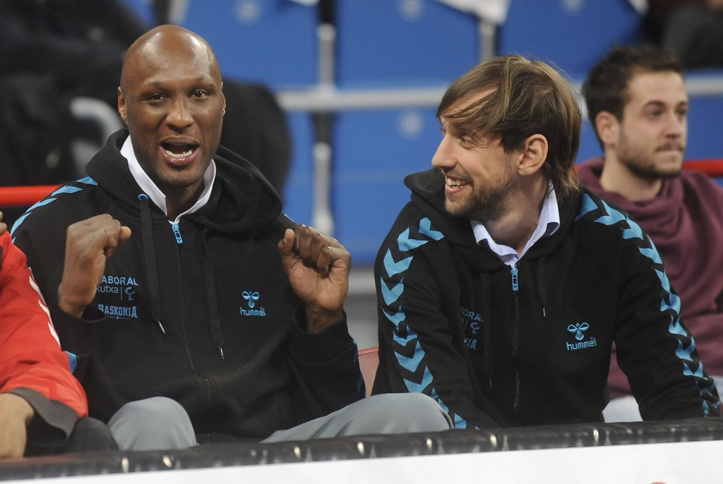 . Laboral Kutxa\'s new player US Lamar Odom (L) attends the game with Laboral Kutxa\'s Italian guard Giuseppe Poeta (R) during the Euroleague basketball match Laboral Kutxa Vitoria vs Barcelona at the Fernando Buesa Arena sportshall in Vitoria on February 20, 2014.         (RAFA RIVAS/AFP/Getty Images)