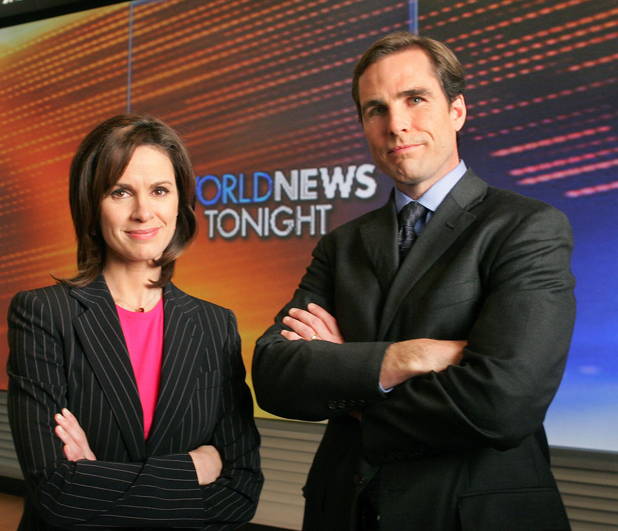 ". Elizabeth Vargas, left, and Bob Woodruff pose for a photograph in ABC\'s ""World News Tonight\"" studio, Monday, Dec. 5, 2005.  (AP Photo/Kathy Willens)"