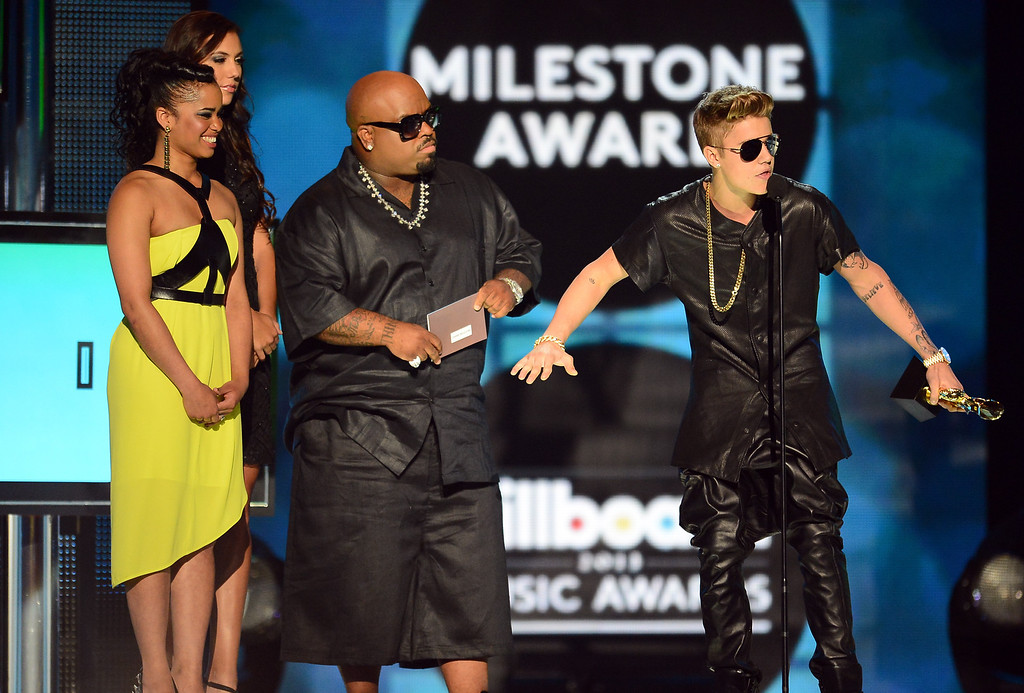 ". LAS VEGAS, NV - MAY 19:  Contest Winner Shaniece Cole, musician Cee Lo Green and ""Milestone Award\"" Winner Justin Bieber speak onstage during the 2013 Billboard Music Awards at the MGM Grand Garden Arena on May 19, 2013 in Las Vegas, Nevada.  (Photo by Ethan Miller/Getty Images)"