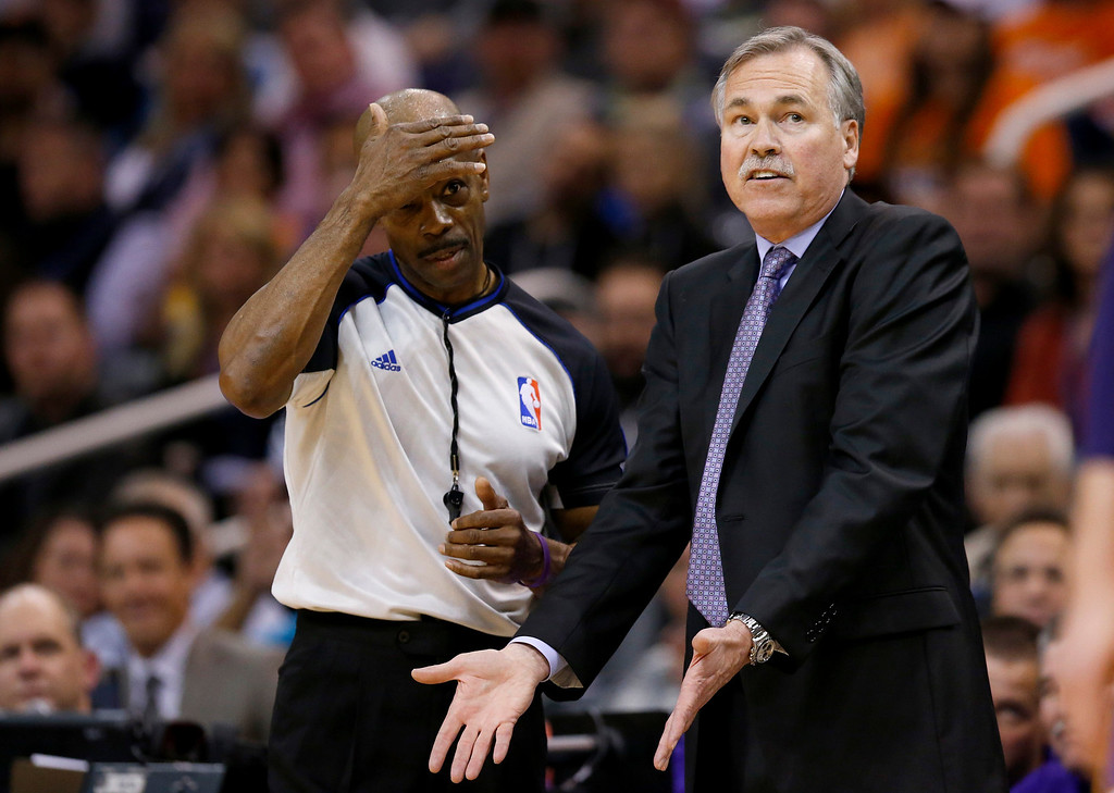 . Los Angeles Lakers coach Mike D\'Antoni, right, argues with referee Tom Washington on a foul called during the second half of an NBA basketball game against the Phoenix Suns on Wednesday, Jan. 15, 2014, in Phoenix.  The Suns defeated the Lakers 121-114. (AP Photo/Ross D. Franklin)